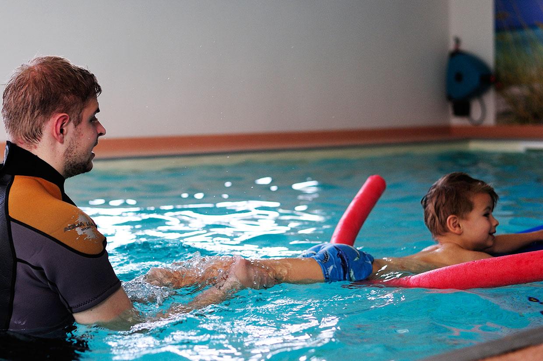 Schwimmschule erste Schwimmversuche